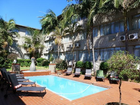 Fortis Hotel Capital: Hôtel et piscine