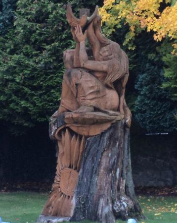 The Georgian Hotel: Tree carving outside the spa