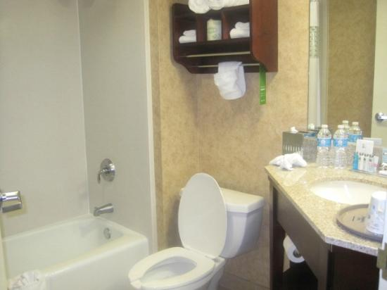Baymont Inn & Suites Indianapolis East: updated bath
