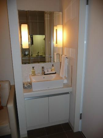 Citadines Karasuma-Gojo Kyoto: Lavatory outside of bathroom