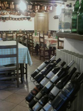 Antico Ristorante Drago : Esposizione vini, sala da pranzo principale
