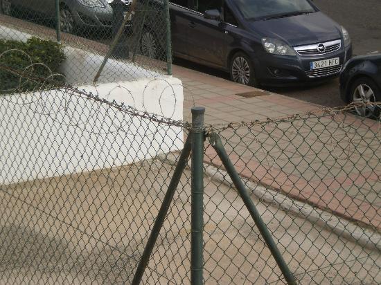 Fuentepark Apartamentos: More razor wire!!
