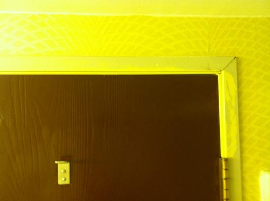 Maui Sands Resort & Indoor Waterpark : unfinished paint in bathroom