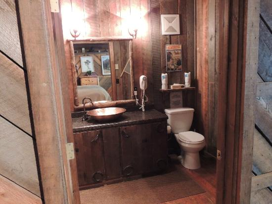 Red Horse Mountain Ranch: Old Poat bathroom