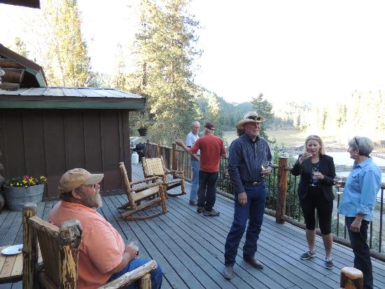 ‪‪Red Horse Mountain Dude Ranch‬: Gathering on the deck