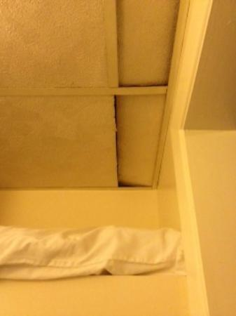 Town & Country Resort Motor Inn: Ceiling Over Closet