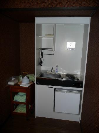 ริคชอว์ อินน์: Kitchen in the dinning room inside the room