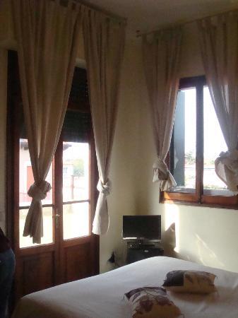 Byron Hotel: Large windows, high ceilings