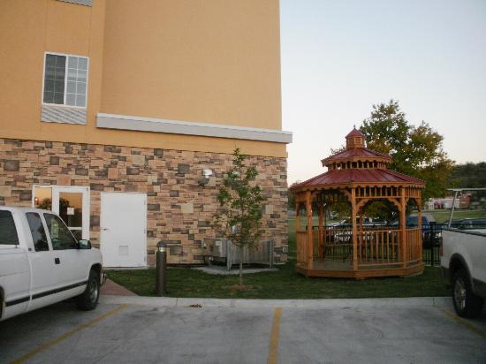 La Quinta Inn & Suites Tulsa - Catoosa: Gazebo w/Gas Grill
