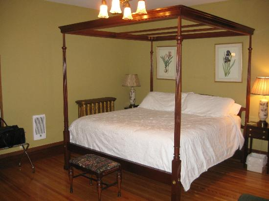 Brennan's Bed & Breakfast: King Turret Room