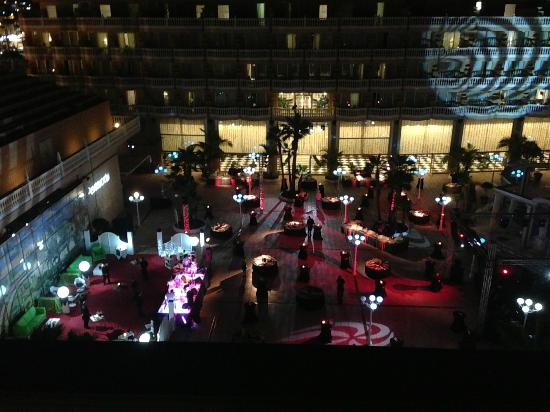 Cleopatra Palace Hotel: night time gala around pool