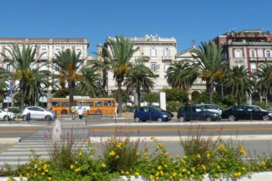 Hotel Miramare: Hotel from sea front