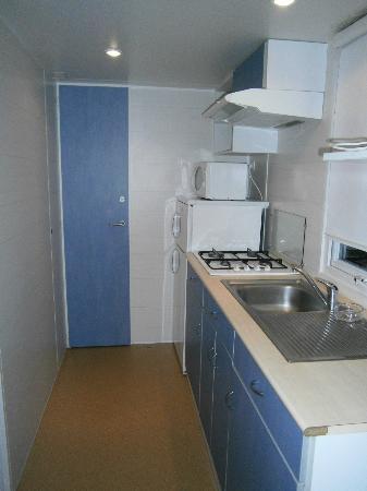 Camping Club Taxo les Pins: Cocina (puerta del fondo acceso a WC)