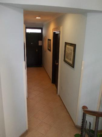Residence Lodi Rome: Corridor and the door of the room