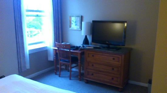 Sylvia Hotel: tv and desk