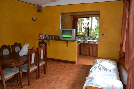 Cabinas Mar y Cielo: dining area, kitchen, tv area