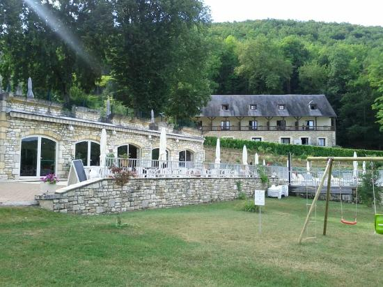 Chateau de la Fleunie: Vue depuis le parc coté salle petit déjeuner. Au fond le bâtiment annexe