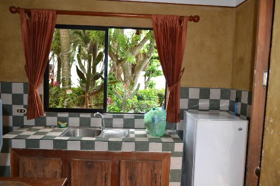 Cabinas Mar y Cielo: kitchen fridge and view of ocean is beautiful!