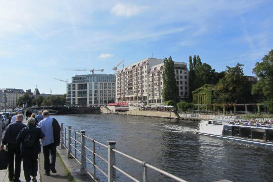 Riverside Hotel: Yes it's by the river