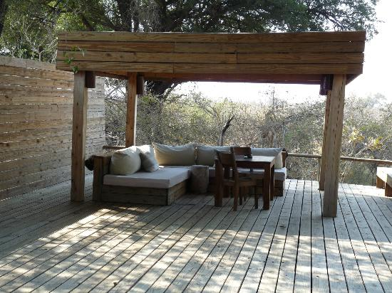 Wilderness Safaris Vumbura Plains Camp: Lounge area outside our villa