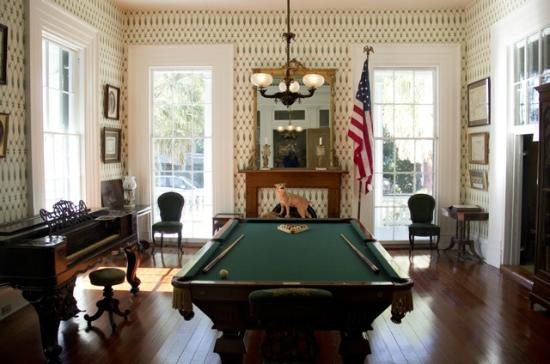 J.N. Stone House Musicale B&B: Antebellum Billiard Hall featuring an antique billiard table for guests.