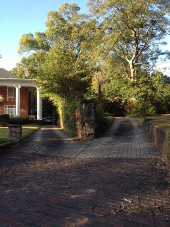 Casa Bella Bed and Breakfast: Driveway Split