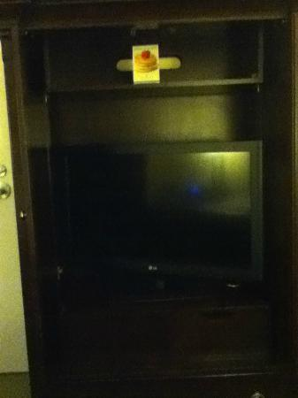 Verdanza Hotel: TV that didn't fit in cabinet