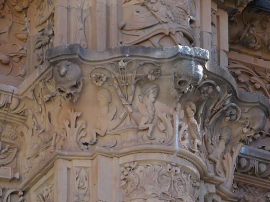 La Rana de Salamanca: Columna de la derecha de la fachada a media altura