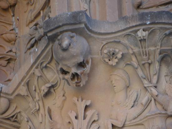 La Rana de Salamanca: Encima de la calavera de la izquierda la teneis