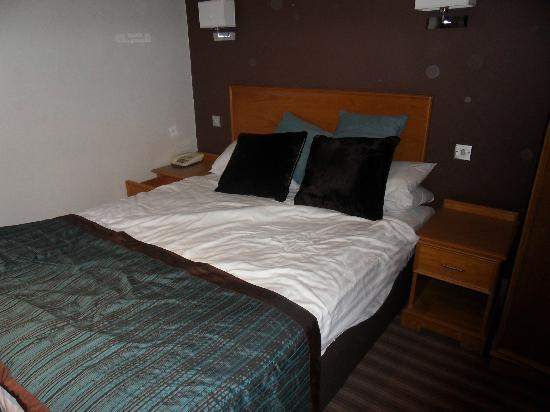 Hallmark Hotel Stourport Manor: Small, but comfy bed