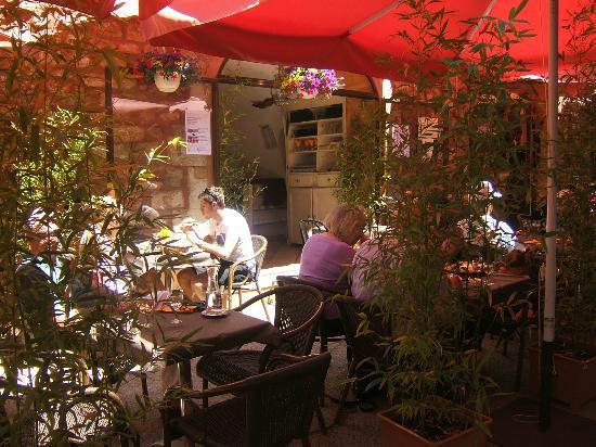 La Gourmandine : une belle terrasse toute en verdure et pierre