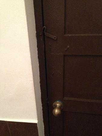 Loreto Boutique Hotel: Door - not much security