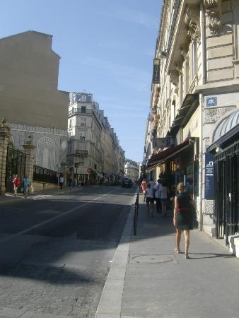 Hotel Lorette - Astotel: Rue Notre Dame del Lorette (view from Place St. George)