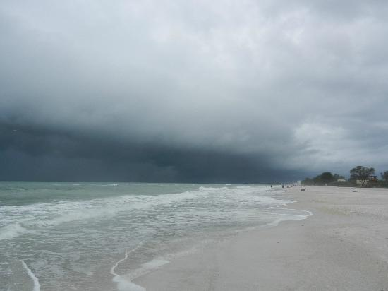 Sailfish Beach Resort: beach - a thunder storm is coming