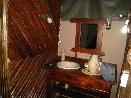 Maweninga Camp: cabinet de toilette