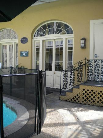 Hotel St. Pierre: Door from courtyard to lobby