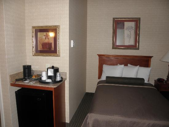 BEST WESTERN PLUS The Inn at King of Prussia: Fridge, coffee maker