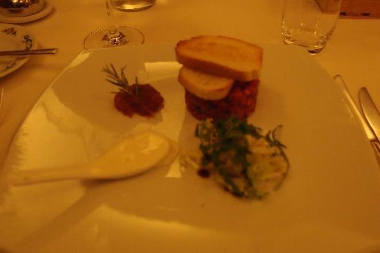 Ristorante Maso Burba: tartare di vitellone con stracchino e composta di cipolle rosse