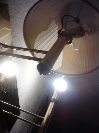 Sunrise Inn: lamps over bed