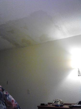 Sunrise Inn: ceiling & phone =raggedy