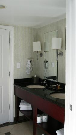 Ocean Beach Club: Bathroom vanity area with double sinks