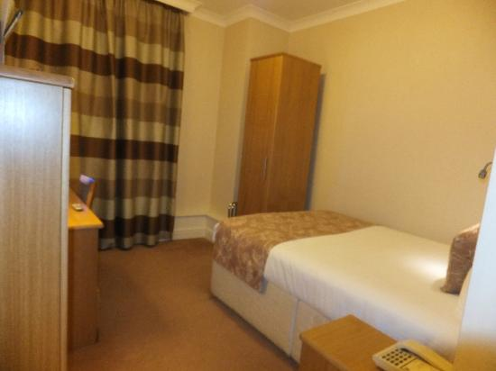 Weetwood Hall Hotel : A smallish bedroom