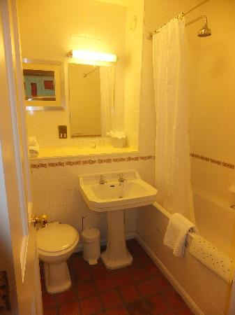 Weetwood Hall Hotel : A small and somewhat dated bathroom.