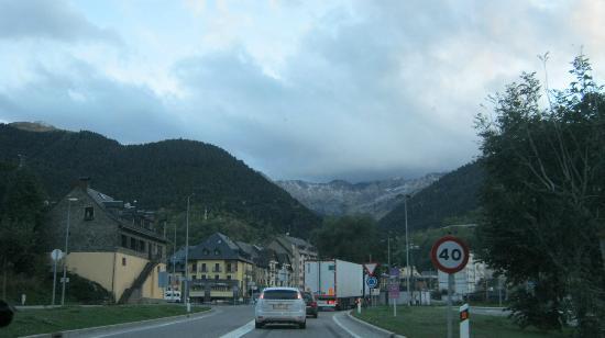 Aparthotel Nou Vielha: la montaña que se ve yendo al hotel