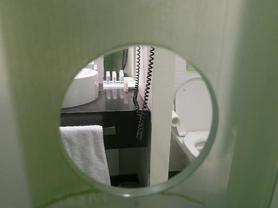 بارك بلازا ولستريت بيرلين ميتي: hole on the bathroom door 
