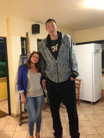 CTS: Atleta cinese più alto al mondo con amica