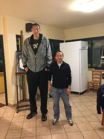 CTS: Atleta cinese più alto al mondo con amico