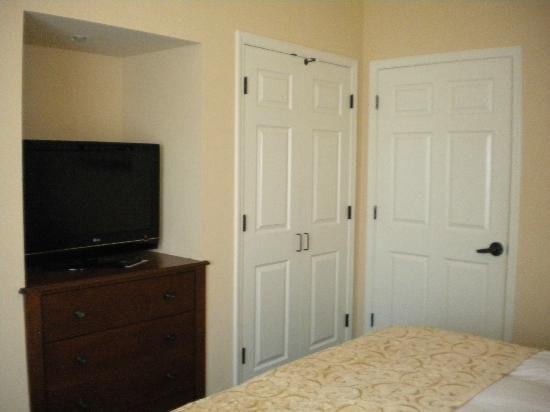 Marriott's Willow Ridge Lodge: Bedroom tv & closet