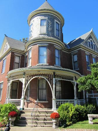 Baker House Bed and Breakfast: Classic Victorian