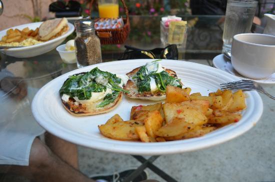 Bella Maggiore Inn: eggs florentine, delicious!!!